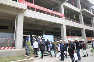 参会代表对陕西建工第五建设集团有限公司承建的浐灞新都汇项目进行参观
