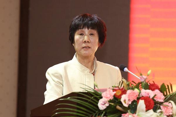 协会副会长兼秘书长向书兰宣读 《陕西省建设工程企业坚决打赢脱贫攻坚战倡议书》